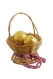 Zwei goldene Eier im Strohkorb Stockbild