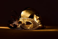 Zwei goldene venetianische Masken Stockfotografie