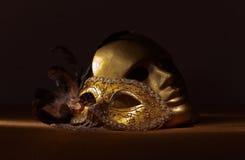 Zwei goldene venetianische Masken Stockbild