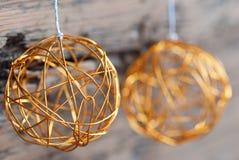 Zwei goldene Weihnachtskugeln Lizenzfreies Stockfoto