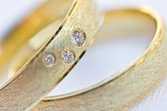 Zwei Goldhochzeitsringe mit Diamanten Stockfoto