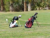 Zwei Golftaschen auf einer Fahrrinne Stockfoto