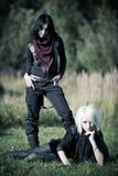 Zwei goth Frauen draußen lizenzfreie stockbilder