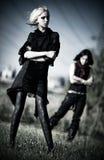 Zwei goth Frauen draußen stockfotos