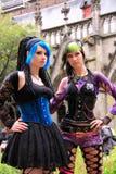 Zwei gotische Mädchen, die draußen aufwerfen stockbild