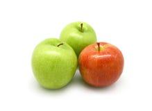 Zwei grüne Äpfel und ein roter Apfel Lizenzfreies Stockbild