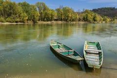 Zwei Boote auf dem Flussufer lizenzfreies stockfoto