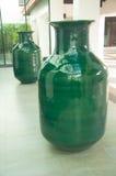 Zwei grüne enorme keramische Gläser Stockfotografie