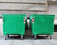 Zwei grüne Mülltonnen Stockbild