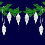 Zwei grüne Tannenzweige mit Spielwaren für das neue Jahr Weihnachtsfichtenzweige Weiß glühend Weihnachten Lizenzfreie Stockbilder