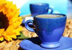 Zwei griechische Tasse Kaffees mit einer Sonnenblume. Stockfotos