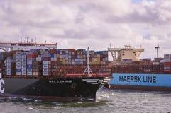 Zwei große Containerschiffe in Rotterdam-Kanal stockfotografie