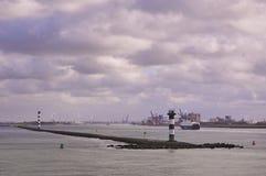 Zwei große Containerschiffe in Rotterdam-Kanal lizenzfreie stockfotos