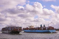 Zwei große Containerschiffe in Rotterdam-Kanal stockbilder