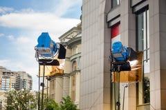 Zwei große professionelle helle Scheinwerfer mit Farbfiltern auf einem Stativ Lizenzfreie Stockfotos