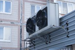 Zwei große schwarze industrielle Fans von der Klimaanlage Lizenzfreies Stockbild