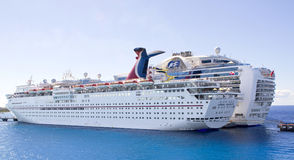 Zwei große Kreuzschiffe gebunden am Pier Lizenzfreies Stockfoto