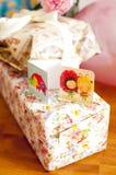 Zwei Grußkarten auf Geschenken Stockbilder