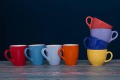 Zwei Gruppentasse kaffees von unterschiedlichen Farben und von Form Gleichnis c Stockfotografie