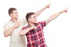 Zwei gutaussehende Männer, die auf lokalisiertem Hintergrund aufwerfen Lizenzfreie Stockfotos