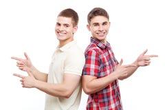 Zwei gutaussehende Männer, die auf lokalisiertem Hintergrund aufwerfen Stockbilder