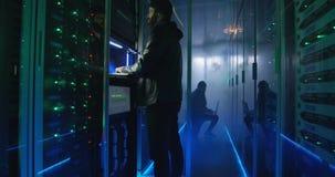 Zwei Häcker, die Kerbe beenden und einem verrauchten Raum entgehen stock video footage