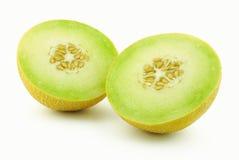 Zwei Hälften der gelben Melonekantalupe stockfotos