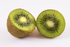 Zwei Hälften der Kiwi auf einem hellen Hintergrund stockfotografie