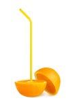 Zwei Hälften der Orange mit dem gelben Röhrchen lokalisiert Stockfotografie