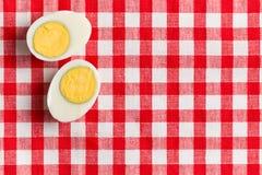 Zwei Hälften eines gekochten Eies stockfotos