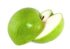 Zwei Hälften eines grünen Apfels Stockbilder