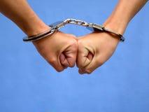 Zwei Hände in den Handschellen Lizenzfreie Stockbilder