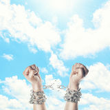 Zwei Hände in den Ketten Stockfoto