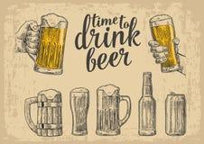 Zwei Hände, die Bierglasbecher halten Glas, Dose, Flasche Weinlesevektor-Stichillustration für Netz, Plakat Lizenzfreies Stockfoto