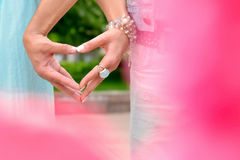 Zwei Hände, die ein Herzsymbol halten Stockbild