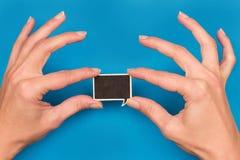 Zwei Hände, die eine runde Rede halten, sprudeln auf Blau Stockfotografie