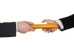 Zwei Hände, die einen goldenen Relaistaktstock führen Stockbild