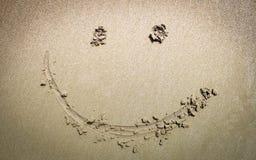 Zwei Hände, die Liebesherz machen, beschatten Symbol auf dem Sand am bea lizenzfreies stockfoto