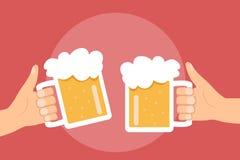 Zwei Hände, die mit Biergläsern halten und klirren, überfallen Stockbilder