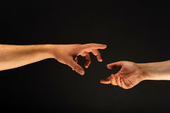 Zwei Hände, die miteinander erreichen Lizenzfreie Stockfotografie
