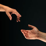 Zwei Hände, die miteinander erreichen Lizenzfreies Stockbild