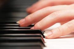 Zwei Hände, die Musik spielen Lizenzfreies Stockbild