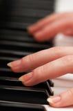 Zwei Hände, die Musik spielen Stockfotografie
