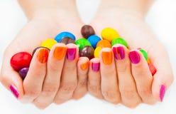Zwei Hände, die Süßigkeiten zusammenhalten Lizenzfreies Stockbild
