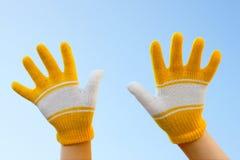 Zwei Hände gekleidet in den Handschuhen Lizenzfreies Stockbild