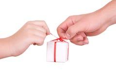 Zwei Hände halten Kasten mit Geschenk an Lizenzfreies Stockfoto