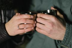 Zwei Hände halten zwei Schalen Lizenzfreie Stockbilder