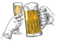Zwei Hände klirren ein Glas Bier und ein Glas Champagner Hand gezeichnetes Gestaltungselement Weinlesevektor-Stichillustration fü Stockbild