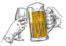 Zwei Hände klirren ein Glas Bier und Wein Stockbilder