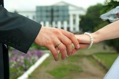 Zwei Hände mit Hochzeitsringen. Lizenzfreie Stockfotos